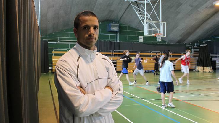 Nicolas Kofmel gibt seine Freude am Basketball gerne an jugendliche Frauen und Männer weiter. at.