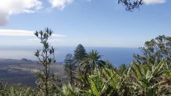 Der Blick vom Green Mountain hinab auf die Insel und das endlose Meer.