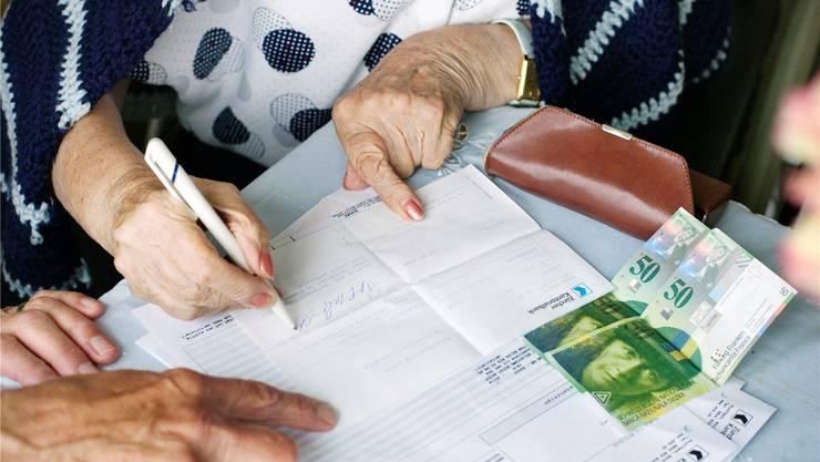 Oft zählt jeder Franken: Altersarmut gibt es auch in der Schweiz — sie ist für die Betroffenen oft ein Stigma. KEYSTONE
