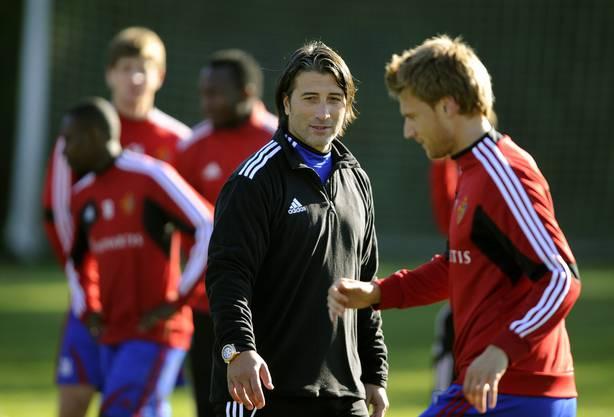 Der neue FCB-Coach beobachtet seine Spieler, hier Radoslav Kovac, im ersten Training genau
