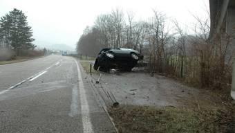 Gleich drei Autos rutschten auf dem Glatteis von der Strasse. (Symbolbild)