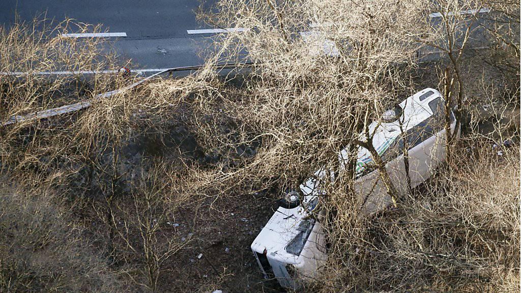 Bei einem schweren Busunfall 120 Kilometer von Tokio entfernt starben mindestens 14 Touristen.