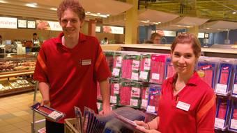 Jessica Rohner und Roland Müller sorgen in den Ferien für volle Regale im Einkaufscenter.