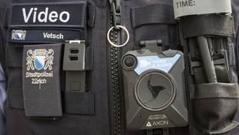 Einsatzkräfte der Stadtpolizei Zürich sind am Freitag nach einem Fussball-Cupspiel von Vermummten angegriffen worden. (Symbolbild))