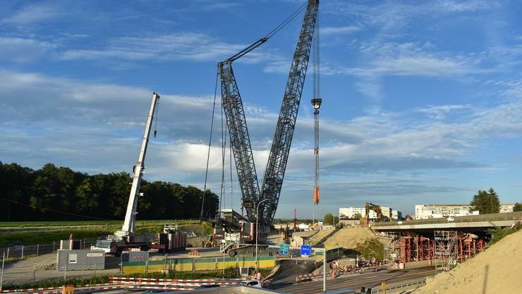 Der 750 Tonnen schwere Raupenkran mit seinem 85 Meter langen Ausleger ist bereit für den nächtlichen Einsatz.