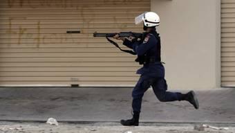 Ein Polizist schiesst mit Gummischrot auf einen Demonstranten in der Stadt Musalla (Februar 2016)