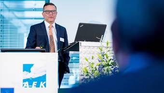 Walter Wirth erläutert den Aktionären die Energiezukunft der AEK.