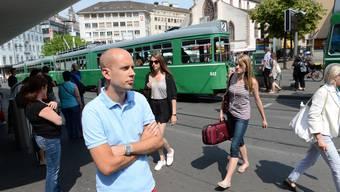 Mit grimmigem Blick beobachtet Joël Thüring die vielen Trams am Basler Barfüsserplatz.