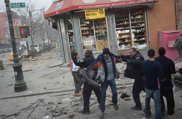 Die Polizei versucht Passanten vom Ort des Geschehens fernzuhalten.