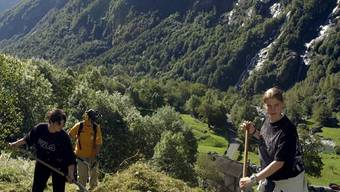 Lehrlinge der Schweizerischen Post aus Aarau bei der Reinigung und Wiederherstellung von Wegen und Trockenmauern, anlaesslich eines Freiwilligen-Einsatzes zu Gunsten eines Naturschutzgebietes im Maggiatal, am Mittwoch, 11. September 2002, in Fontana, im Val Bavona, einem Seitental des Maggiatals. Die Aktion wurde von der Schweizerische Arbeitsgemeinschaft fuer die Berggebiete (SAB) organisiert. (KEYSTONE/Karl Mathis)