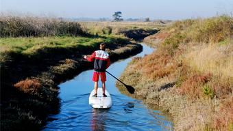 Stehend die Landschaft erwandern – als Stand-up-Paddler. Haldimann