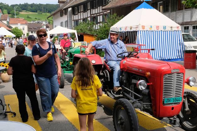 Am Samstag fuhr die Oldtimer-Traktor-Parade durchs Weininger Festgelände.