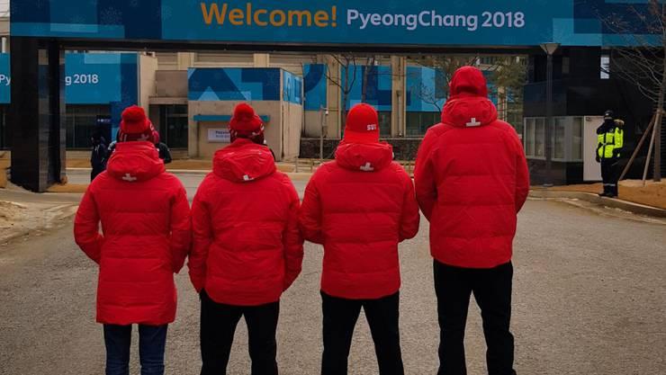 Dimitri Isler und sein Team stehen bereit für den Ski Freestyle Wettkampf.