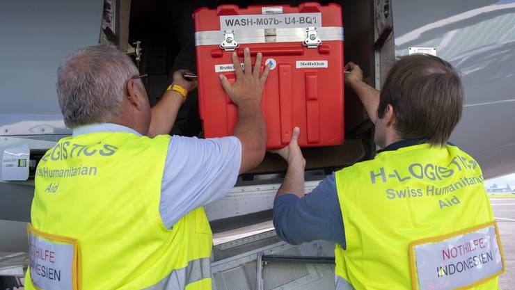 Katastrophenhilfe aus dem Fricktal: Power-Blox-Würfel werden in Belp ins Flugzeug verladen und nach Palu geflogen.