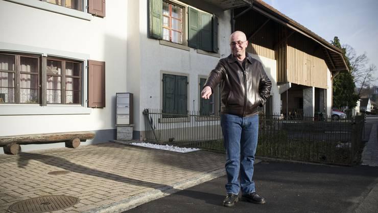 Christoph Schneeberger auf dem Vorplatz seiner Liegenschaft. Hier wurde ein Teil der Fläche unerlaubterweise überbaut.