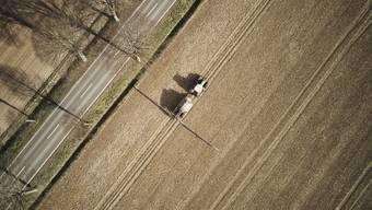 Ein Traktor fährt über ein Feld und bringt Glyphosat aus: Das Herbizid kommt in der Regel als Nacherntebehandlung beziehungsweise vor der Aussaat zum Einsatz. Es ist weltweit seit Jahren der mengenmässig bedeutendste Inhaltsstoff von Unkrautvernichtungsmitteln. (Archiv)