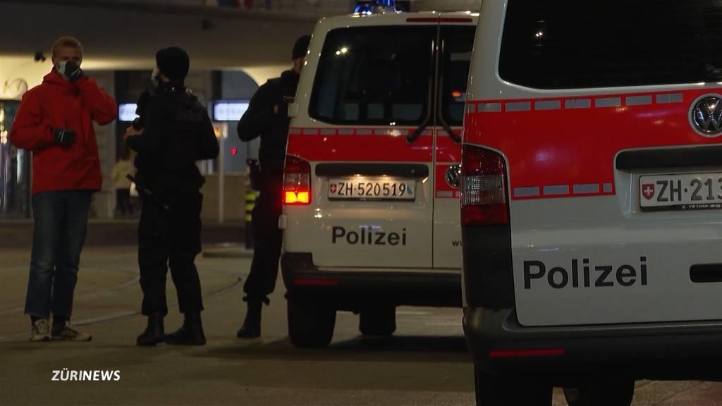 Jugendliche greifen am Sechseläutenplatz und Bahnhof Stadelhofen Polizisten an