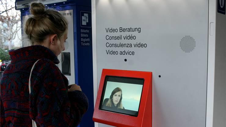 Fabienne Lagger, rechts auf dem Video-Bildschirm zu sehen, informiert von Brig aus Ratsuchtende SBB-Kunden.
