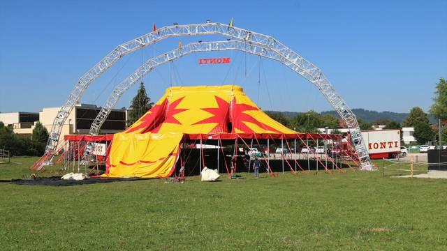 Der erste Aufbau des neuen Chapiteaus des Circus Monti im Zeitraffer