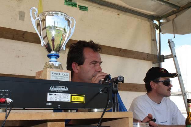 Auf dem Speaker-Wagen  - Martin Burger und Claudio Strebel informieren über den Spielstand