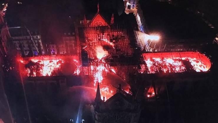 In der weltberühmten Kathedrale Notre-Dame in Paris ist am frühen Abend ein Feuer ausgebrochen.