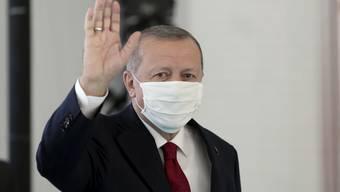Ausgestattet mit einem Mundschutz trifft Präsident Recep Tayyip Erdogan zur Einweihung eines neuen Krankenhauses in Istanbul ein. Foto: Can Erok/DHA/AP/dpa