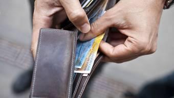Der Trickbetrüger liess sich mehrere 10er-Noten wechseln - dabei ergaunerte er einige hundert Franken aus der Kasse. (Symbolbild)