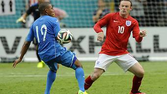 Honduras' Stürmer Luis Garrido im Duell mit Wayne Rooney