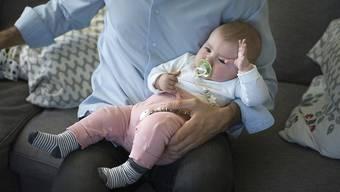 Väter, die Vollzeit arbeiten, werden oft gegen solche ausgespielt, die nur Teilzeit arbeiten und zu Hause mehr Zeit mit ihren Kindern verbringen. (Symbolbild)