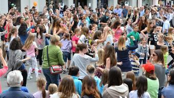 «Tanzt, tanzt, sonst sind wir verloren», sagte mal die verstorbene Choreografin Pina Bausch. Am Kulturtag vom 10. Mai 2014 gaben sich dank der Tanz-Initiative von Ursula Berger, Leiterin des Dance Studios Olten, viele Besucher auf der Kirchgasse der Musik hin.