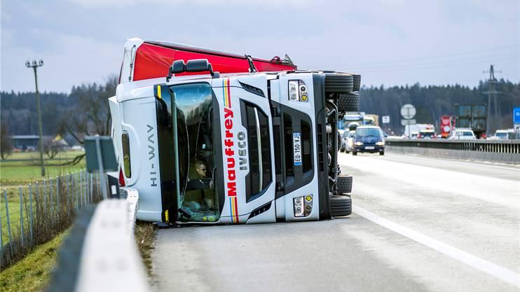 Dieser Lastwagen fiel «Burglind» zum Opfer. Er blockierte die Durchfahrt auf der Autobahn A1 Fahrtrichtung Bern zwischen Oensingen und Niederbipp.Keystone