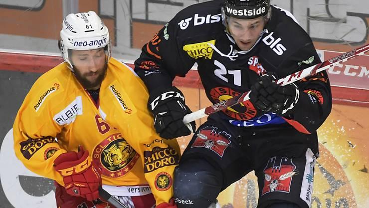 Simon Moser vom SCB (rechts) und der Langnauer Adrian Gerber duellieren sich um den Puck