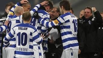 Duisburgs Spieler feiern nach dem 1:0