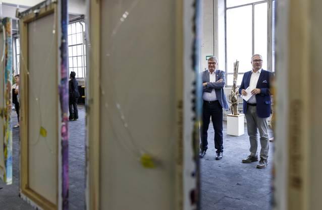 Gemeindepräsident Stefan Hug und Regierungsrat Remo Ankli besichtigen die Ausstellung