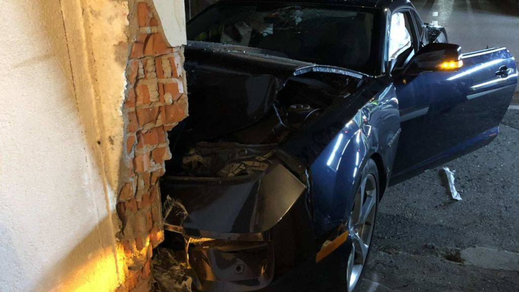 Autofahrer im Kanton Freiburg gegen Hauswand geprallt