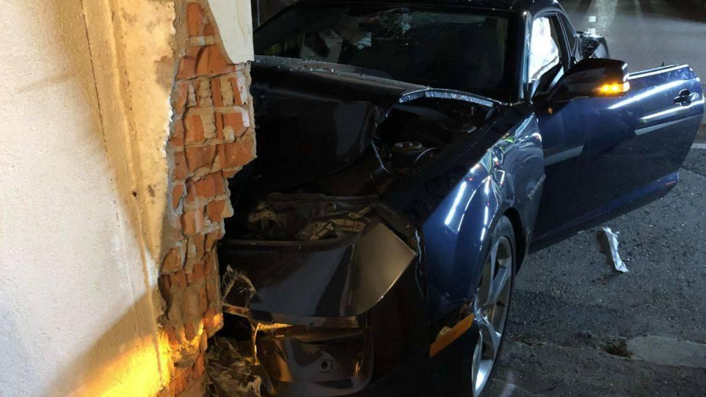 Aus noch ungeklärten Gründen prallte ein Autofahrer in Seiry FR gegen ein Haus.