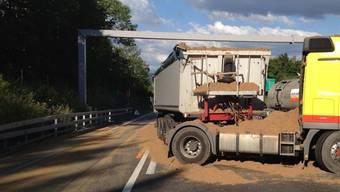 Lastwagen verliert Trebermasse