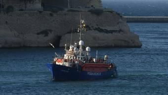 """Die """"Lifeline"""" bei der Einfahrt am Mittwochabend in einen Hafen vor Valletta."""