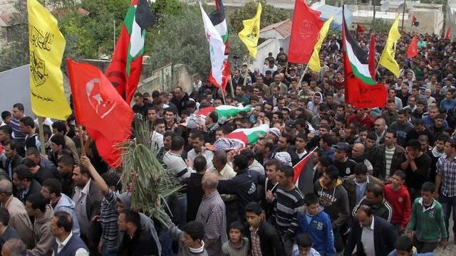 Tausende Trauernde geben den getöteten Jugendlichen ihr letztes Geleit