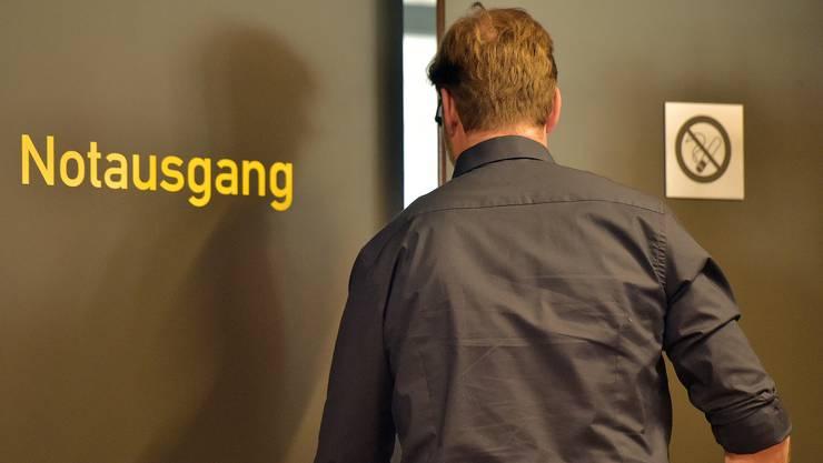 Der Abgang eines der ganz Grossen der Trainergilde mit Symbolcharakter: Jürgen Klopp verabschiedet sich nach der Pressekonferenz via Notausgang.