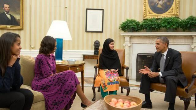 US-Präsident Barack Obama (r.) spricht mit Malala Yousafzai