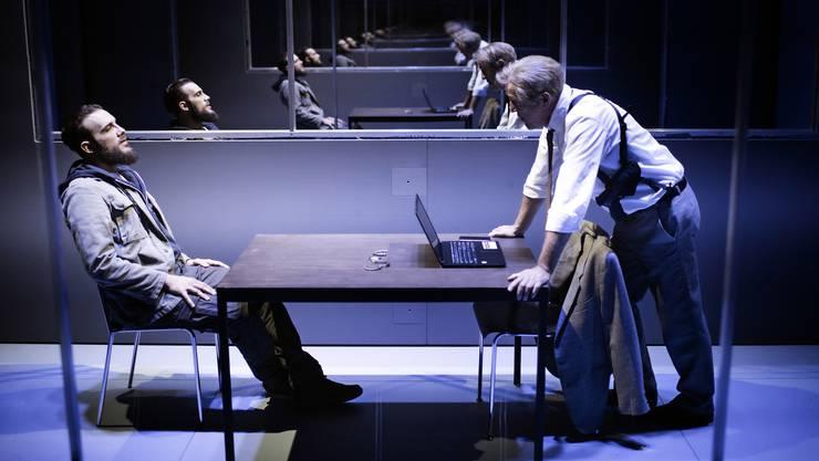 Der junge Mann (Matthias Schoch) und der Polizist (Günter Baumann) im Verhör, das einen unerwarteten Ausgang nimmt.