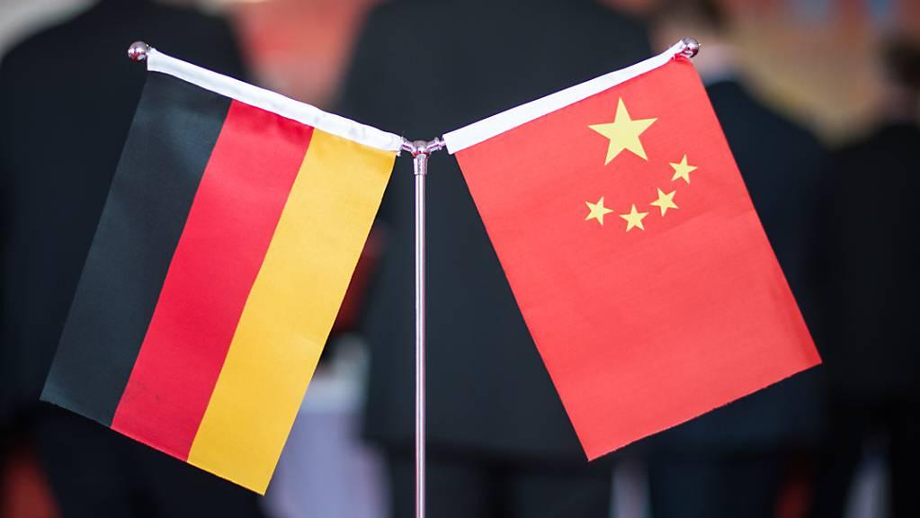 ARCHIV - Eine chinesische und eine deutsche Flagge bei einem Empfang in Hefei (China). Foto: picture alliance / Ole Spata/dpa