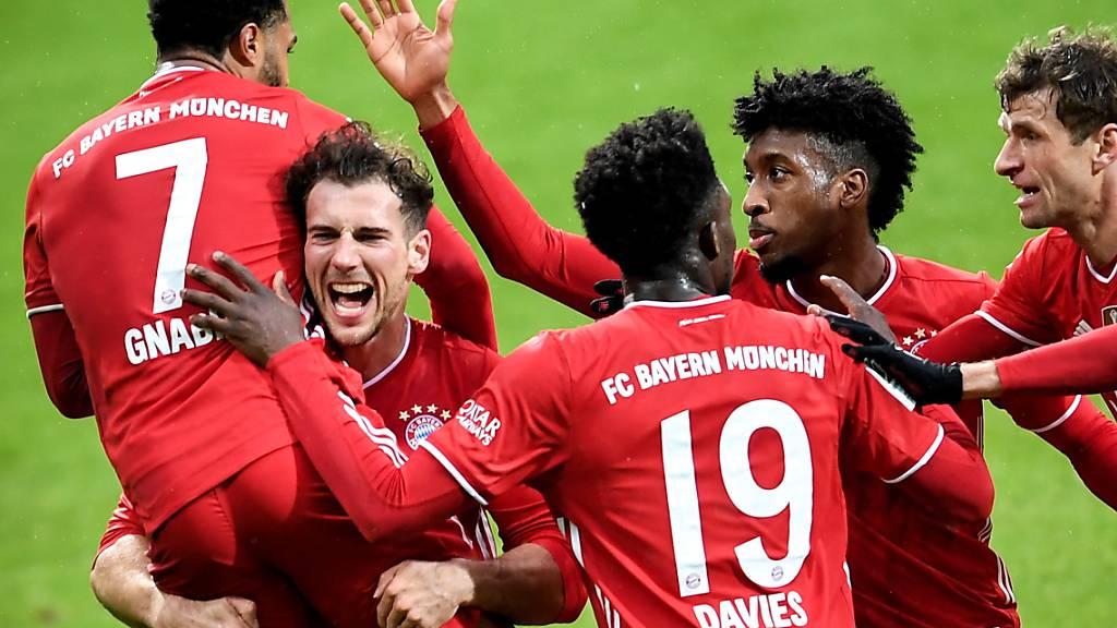 Die ersten beiden Bayern-Torschützen Serge Gnabry und Leon Goretzka (von links) jubeln nach dem 2:0.