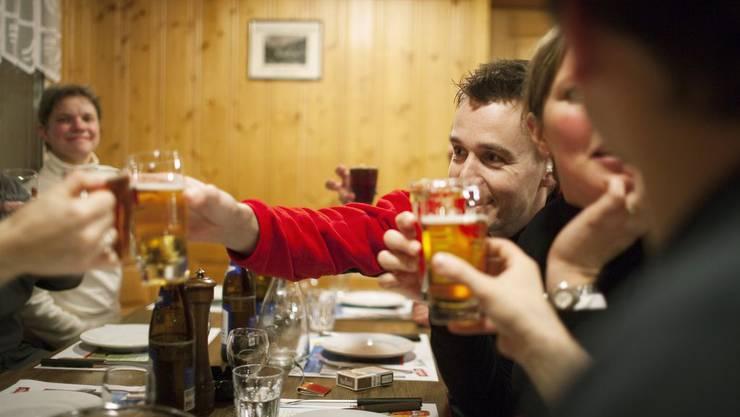 In Restaurants soll man vor Feiertagen länger als bis 0.15 Uhr trinken dürfen, findet die SP.