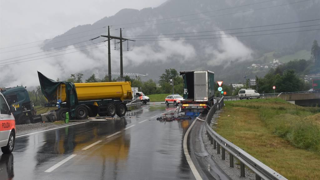 Zwei Lastwagen krachen ineinander