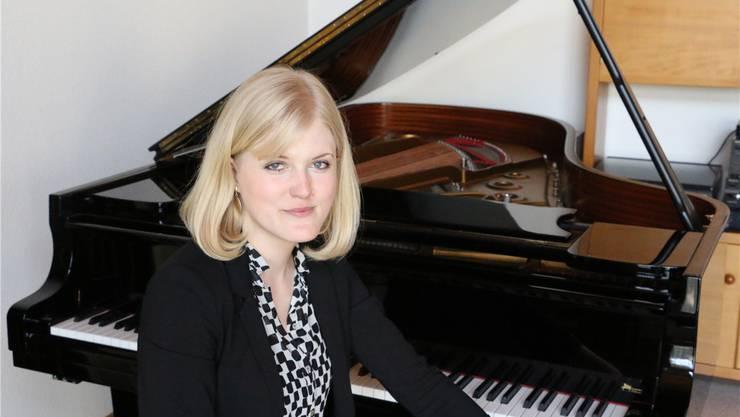 Die 26-jährige Pianistin Kathrin Schmidlin aus Möhlin vor dem Flügel, an dem sie das Klavierspielen erlernte. Dennis Kalt