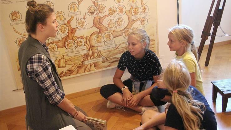 Drachenforscherin Marianne Naunheim mit Alexandra, Vanessa und Franzi (von links).