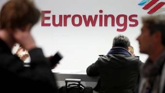 Passagiere an einem Schalter der Billigfluglinie Eurowings am Flughafen Köln-Bonn. (Archivbild)
