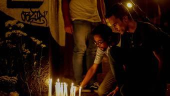 In Sao Paolo haben in der Nacht auf Donnerstag zahlreiche Menschen den Todesopfern eines Amoklaufes in einer Schule gedacht.